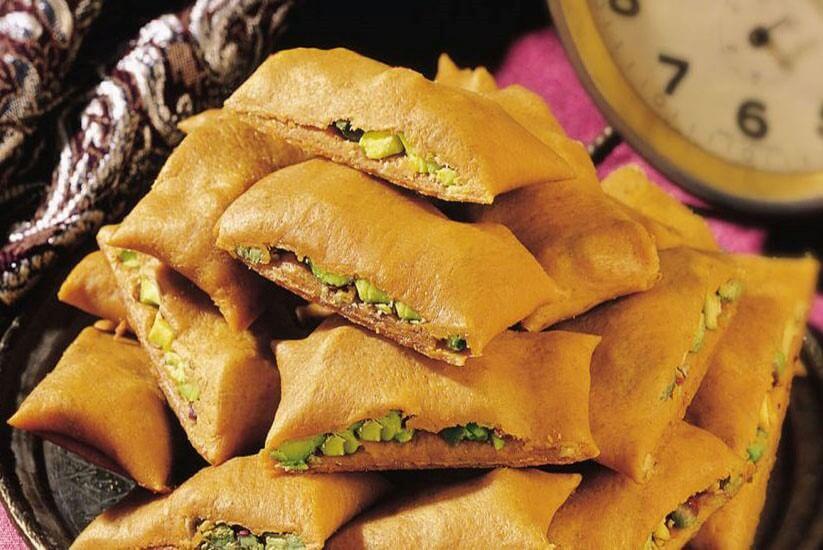 از پسته و خلال بادام برای تزئین سوهان گزی بلداجی استفاده میشود