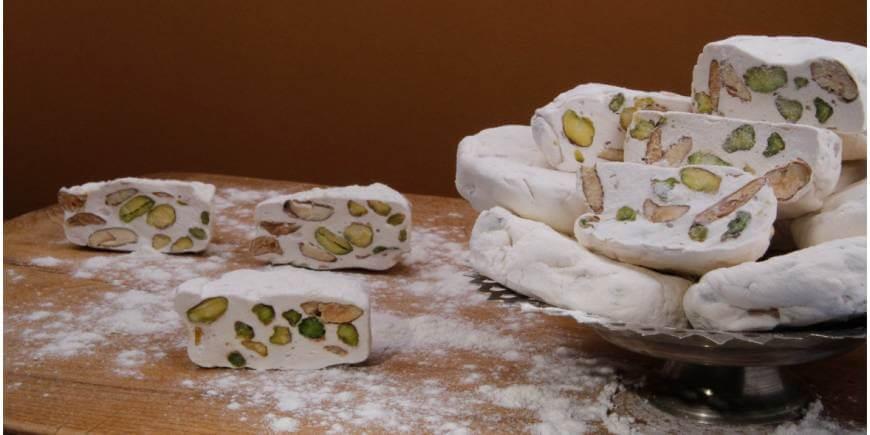 برای تهیه گز از شکر، سفیده تخم مرغ، مغز بادام و پسته و هل و گلاب استفاده میشود.